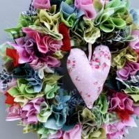Stoffkranz, Türkranz aus Stoff, Deko-Wand-Kranz zum Muttertag, Upcycling mit Herz Bild 5