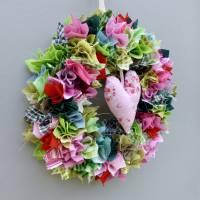 Stoffkranz, Türkranz aus Stoff, Deko-Wand-Kranz zum Muttertag, Upcycling mit Herz Bild 7