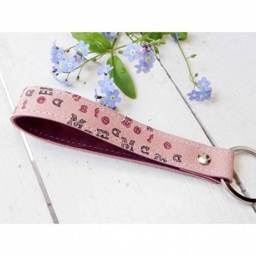 Schlüsselanhänger aus Leder mit hangestempeltem Wunschtext aussen