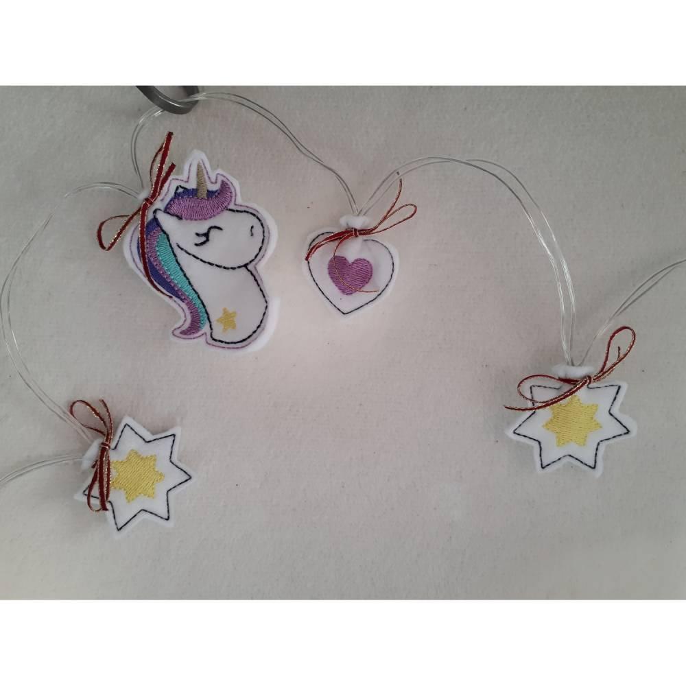 10-teilige Lichterkette mit Einhorn-, Sternen- und Herzmotiven auf Filz gestickt. Bild 1