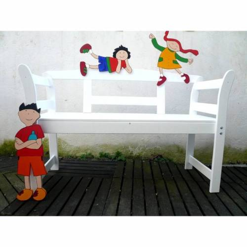 Spielende Kinder auf einer Gartenbank