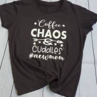 Coffee, Chaos & Cuddles #newmom T-Shirt, Geschenk für Mama Bild 1
