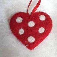 Anhänger rotes Herz  mit weissen Punkten, aus Wolle mit der Nadel gefilzt Bild 1
