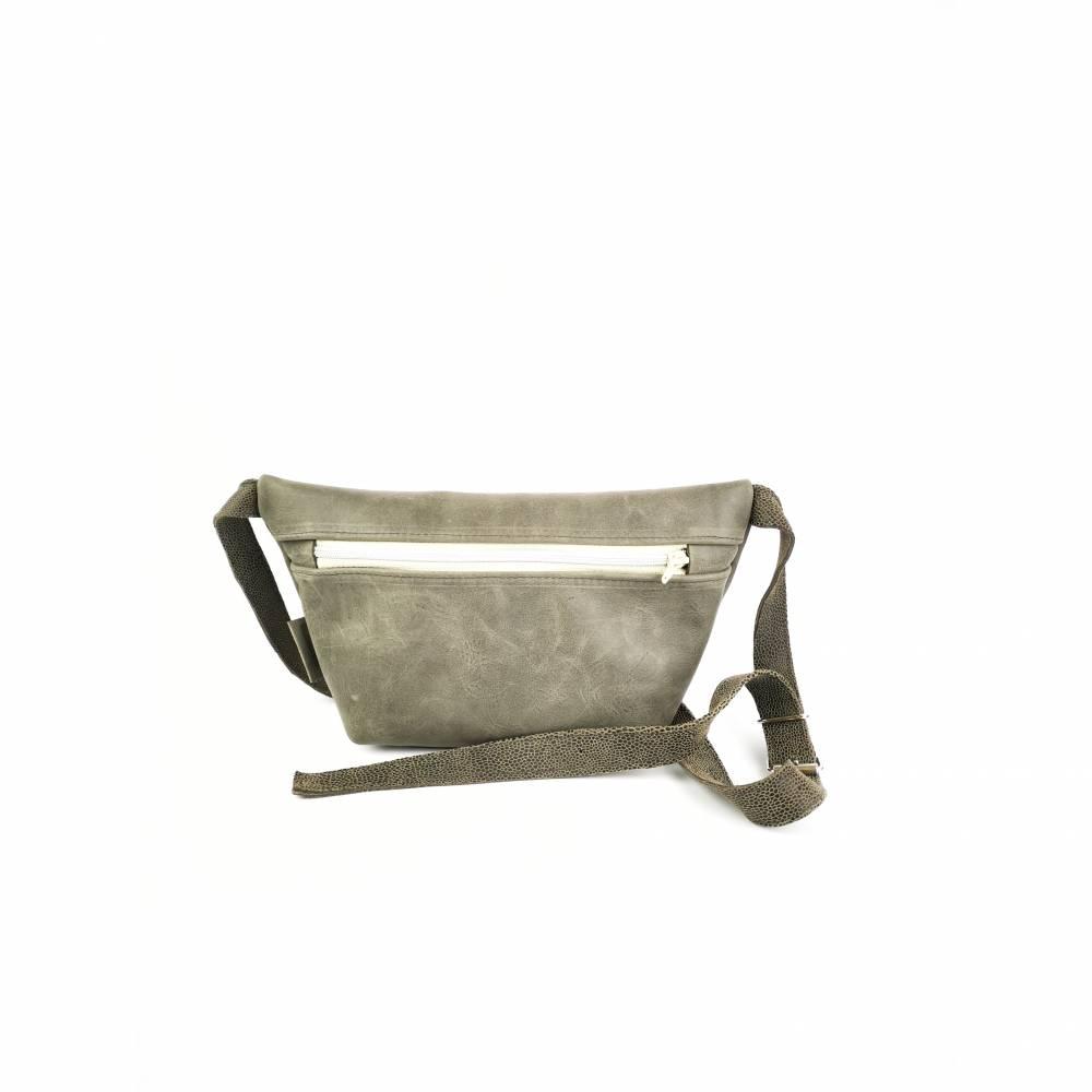 Gürteltasche, Crossbodybag aus grauem Leder mit verstellbarem Gurt aus Printleder Bild 1