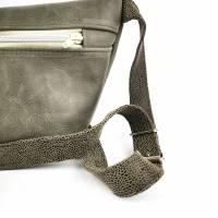Gürteltasche, Crossbodybag aus grauem Leder mit verstellbarem Gurt aus Printleder Bild 2