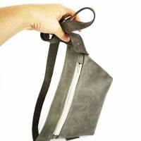Gürteltasche, Crossbodybag aus grauem Leder mit verstellbarem Gurt aus Printleder Bild 6