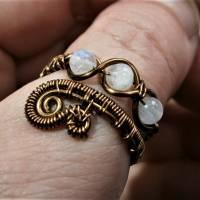 Ring handgemacht mit Mondstein im Spiralring Paisley Kupfer dunkel bronze wirework Daumenring Bild 2
