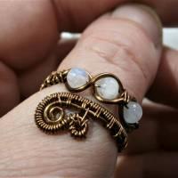 Ring handgemacht mit Mondstein im Spiralring Paisley Kupfer dunkel bronze wirework Daumenring Bild 4