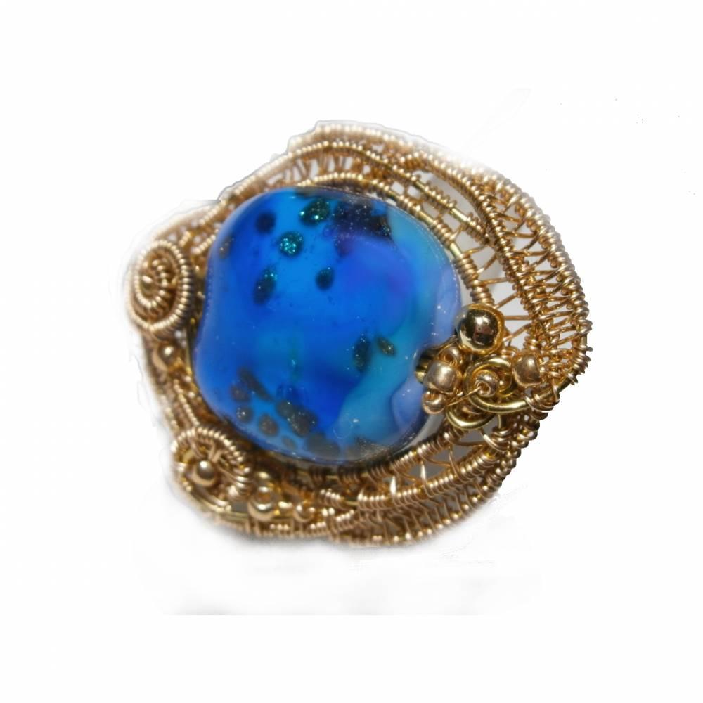 Ring blau royalblau Glaskunst 20 x 25 mm freeform wirework goldfarben Ringschiene verstellbar   Bild 1