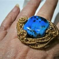 Ring blau royalblau Glaskunst 20 x 25 mm freeform wirework goldfarben Ringschiene verstellbar   Bild 2