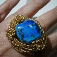 Ring blau royalblau Glaskunst 20 x 25 mm freeform wirework goldfarben Ringschiene verstellbar   Bild 4