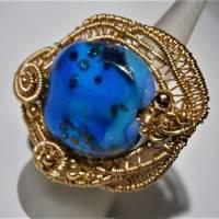 Ring blau royalblau Glaskunst 20 x 25 mm freeform wirework goldfarben Ringschiene verstellbar   Bild 5