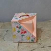 Quadratische Geschenkverpackung mit besonderer Ecke Bild 1