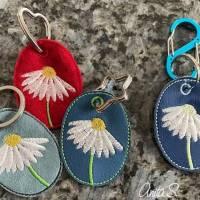 Schlüsselanhänger ITH Blume Margerite 3 verschiedene Rahmen mit vielen Mehrstickbögen ab 10x10               Bild 1
