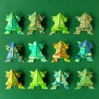 Frösche // Origami Frösche aus handmarmoriertem Papier im Objektrahmen Bild 3