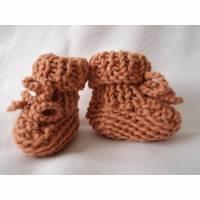 gestrickte Babyschuhe Babystiefel reine Wolle Merino puder Bild 1