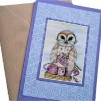 Grußkarte Eule mit Lesbrille häkelnd auf Wolle Print hochwertige Klappkarte Kraftpapier Bild 1