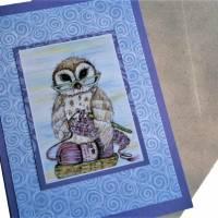 Grußkarte Eule mit Lesbrille häkelnd auf Wolle Print hochwertige Klappkarte Kraftpapier Bild 2