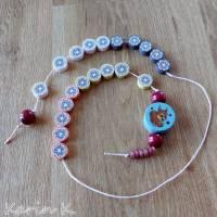 Rechenkette mit Holz- und Kunststoff- Perlen Gelb Orange Rehbraun Rosa Motivperle Glückwunschkarte und Geschenktasche Bild 2