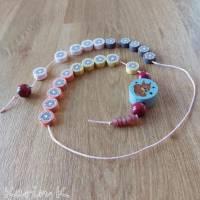Rechenkette mit Holz- und Kunststoff- Perlen Gelb Orange Rehbraun Rosa Motivperle Glückwunschkarte und Geschenktasche Bild 5