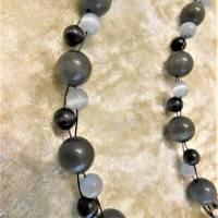 Lange Kette aus hell- und dunkelgrauen Cat Eye Perlen Bild 3