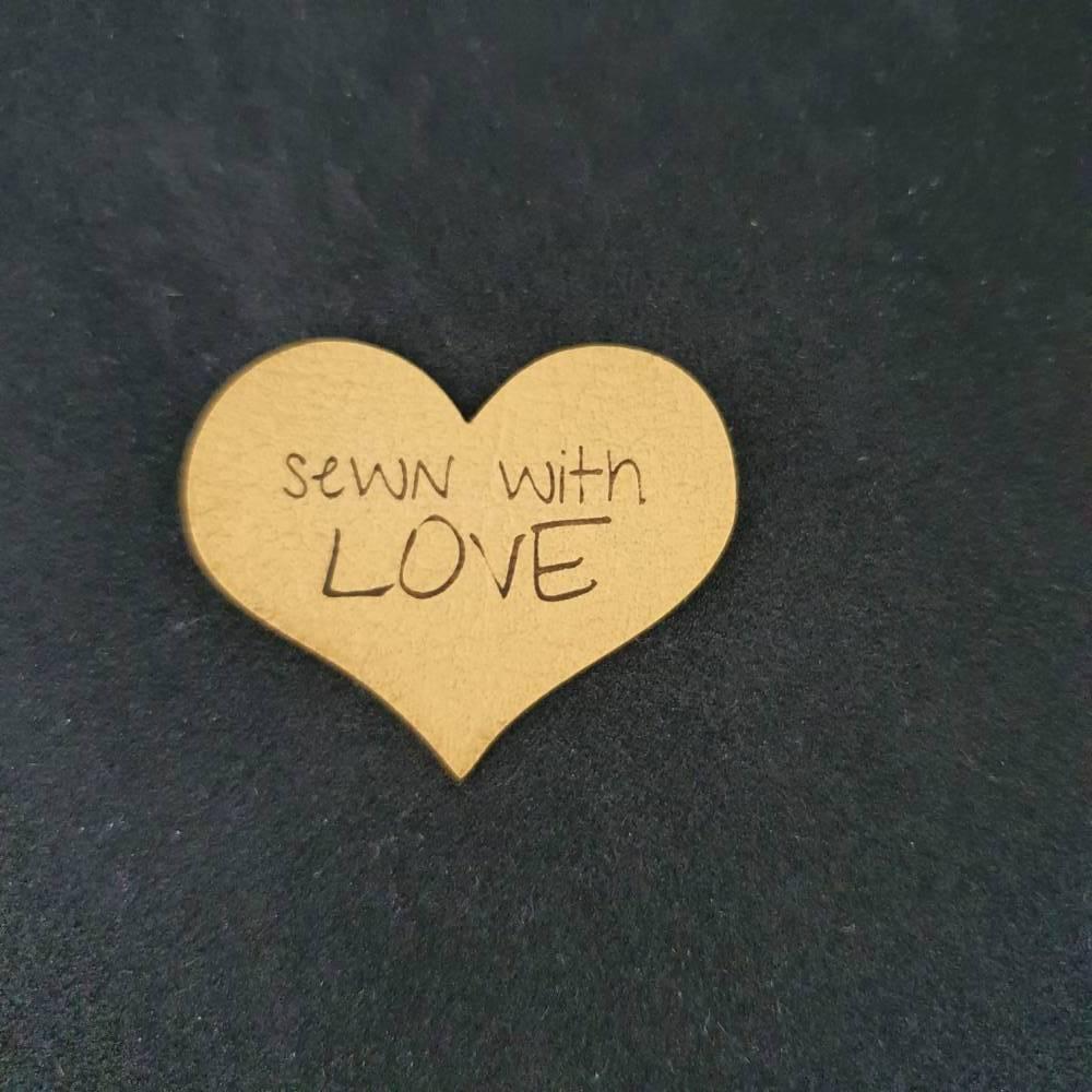 "Kunstlederlabel ""Sewn with love"" Bild 1"