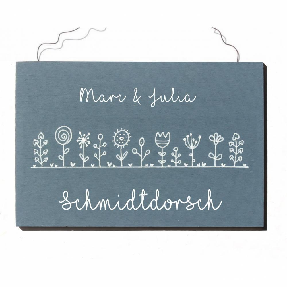 Holztürschild Familie personalisiert Namensschild Holz Blumenwiese modern von Hand bemalt Bild 1