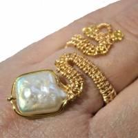 Ring handgefertigt mit Biwaperle weiß Spiralring boho Schlangenring verstellbar Perlenring  Bild 3