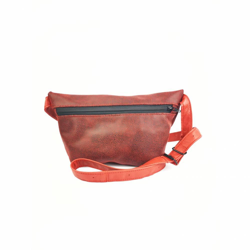 Gürteltasche, Crossbodybag aus rotem, gemusterten Leder mit verstellbarem Gurt  Bild 1
