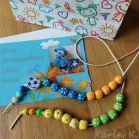 Rechenkette für liebenswerte Grobmotoriker Holzperlen Motivperle Effekt- Perlen Glückwunschkarte und Geschenktasche Bild 3