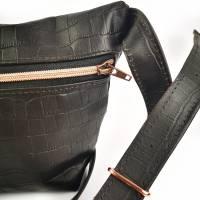 Gürteltasche, Crossbodybag aus schwarzem Printleder mit rosegoldenem Reißverschluß Bild 4
