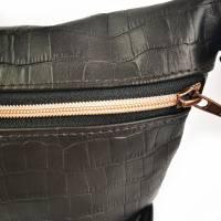 Gürteltasche, Crossbodybag aus schwarzem Printleder mit rosegoldenem Reißverschluß Bild 5