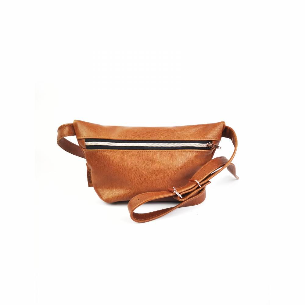 Gürteltasche, Crossbodybag aus cognacfarbenem, leicht gemusterten Leder mit rosegoldenem Reißverschluß Bild 1