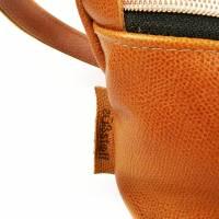 Gürteltasche, Crossbodybag aus cognacfarbenem, leicht gemusterten Leder mit rosegoldenem Reißverschluß Bild 4