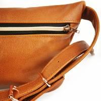Gürteltasche, Crossbodybag aus cognacfarbenem, leicht gemusterten Leder mit rosegoldenem Reißverschluß Bild 5
