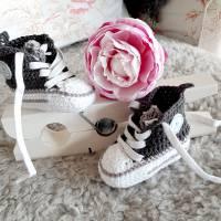 Baby Sneaker gehäkelt in hellgrau und anthrazit Bild 1