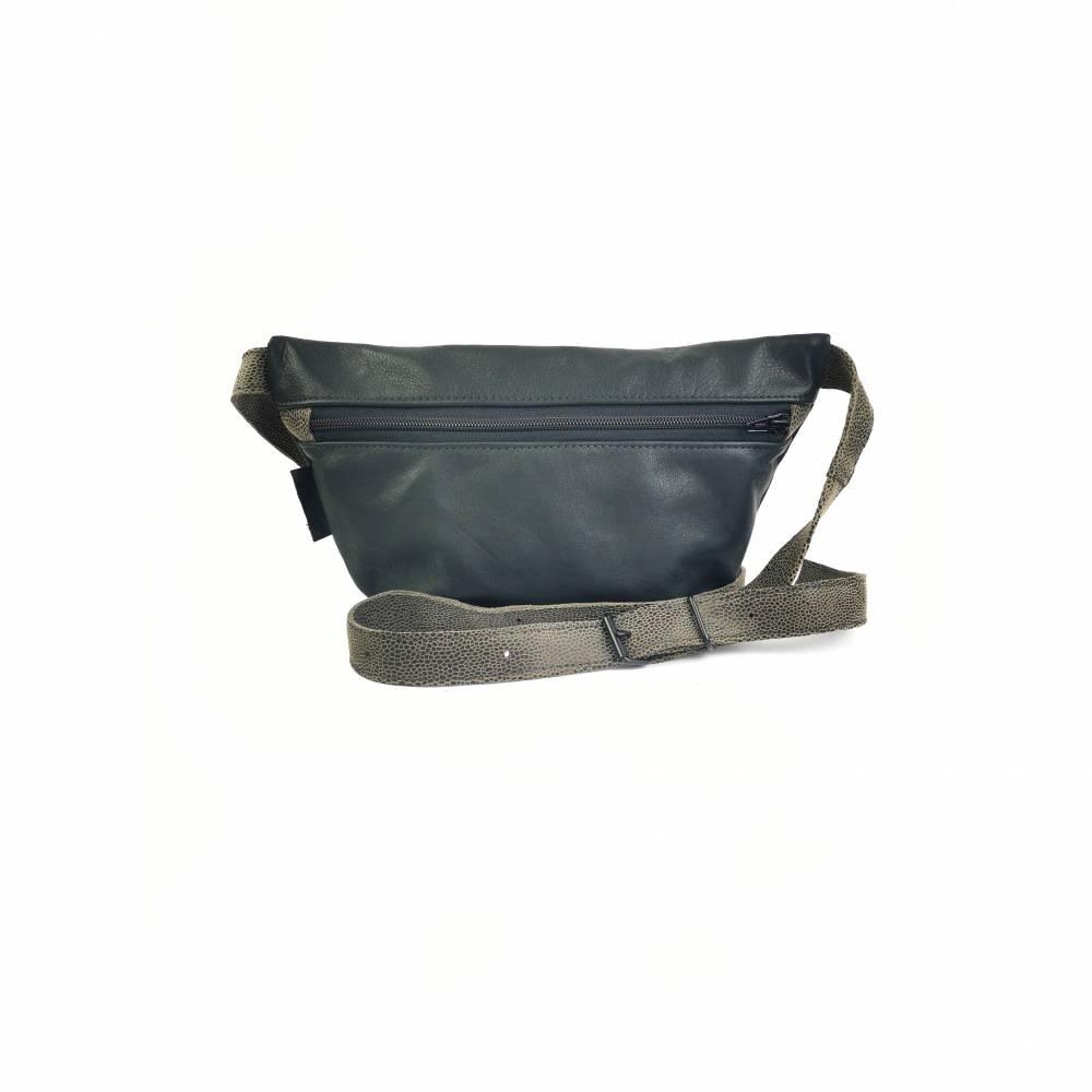 Gürteltasche, Crossbodybag aus schwarzem, weichen Leder mit grauem Gurt Bild 1