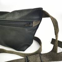 Gürteltasche, Crossbodybag aus schwarzem, weichen Leder mit grauem Gurt Bild 3