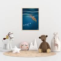 personalisierbarer Kunstdruck Baby Schildkröte Unterwasserwelt DIN A4 Bild 1