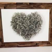 Handgefertigter Altholzrahmen mit großem Herz aus Buchseiten auf Leinwand Bild 1