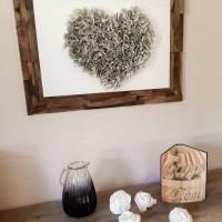 Handgefertigter Altholzrahmen mit großem Herz aus Buchseiten auf Leinwand Bild 2