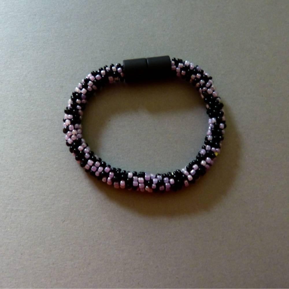 Häkelarmband schwarz und flieder, Länge 19 cm, Armband aus Perlen gehäkelt, Armkettchen, Magnetverschluss, Glasschmuck Bild 1