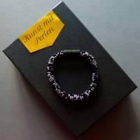 Häkelarmband schwarz und flieder, Länge 19 cm, Armband aus Perlen gehäkelt, Armkettchen, Magnetverschluss, Glasschmuck Bild 2
