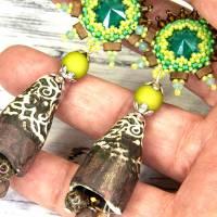 grüne braune keramikblüten ohrringe, lässige boho hippie ohrhänger, geschenk,  böhmische glasperlen  Bild 4