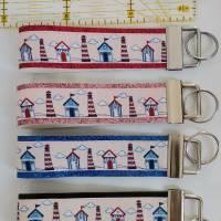 Leuchtturm und Strandhaus Schlüsselanhänger,  Schlüsselband, Taschenbaumler, Taschenanhänger  Bild 1