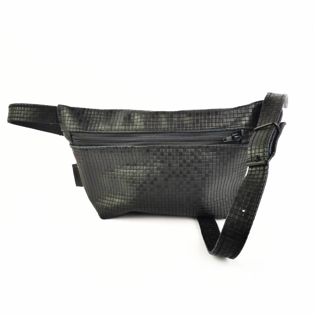 Gürteltasche, Crossbodybag aus schwarzem Leder mit graphischem Muster Bild 1