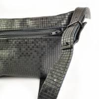 Gürteltasche, Crossbodybag aus schwarzem Leder mit graphischem Muster Bild 2