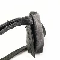 Gürteltasche, Crossbodybag aus schwarzem Leder mit graphischem Muster Bild 3