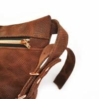 Gürteltasche, Crossbodybag aus braunem Leder mit Schlangenprint  Bild 3