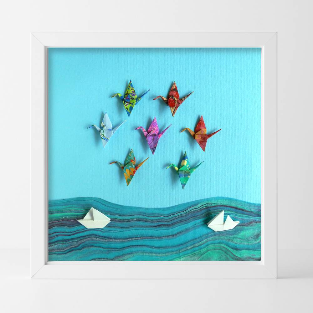 Kraniche und Boote // Origami aus handmarmoriertem Papier im Objektrahmen Bild 1